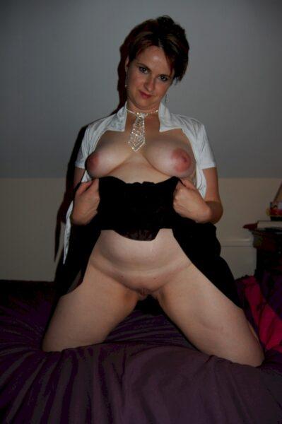 Cougar sexy autoritaire pour amant qui obéit